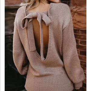 Host Pick 🌟 Adorable Open Back sweater